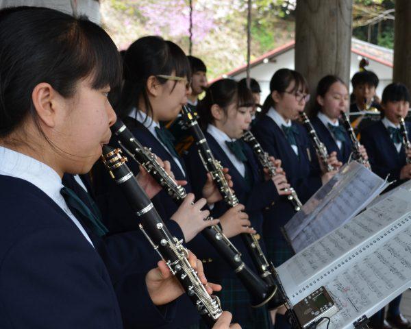吹奏楽部・慈光寺でコンサート