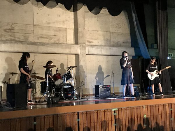 軽音楽部・紫藤祭でライブ演奏